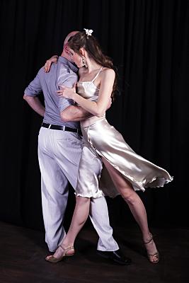 Sportfoto eines eng umschlungenen Tanzpaares.