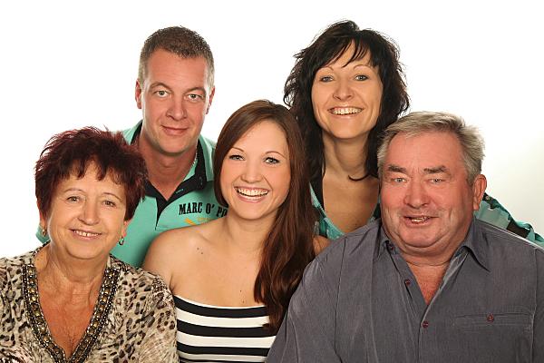 Familienfoto drei Generationen in Reihen hintereinander aufgestellt.