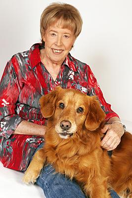 Tierfoto Frau und Hund vor hellem Hintergrund.