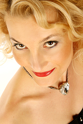 Beautyshooting junge Frau mit blonden Haaren.