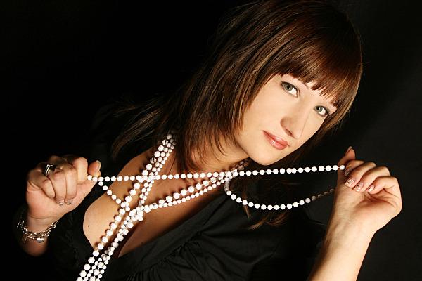 Beautyshooting Frau mit Ketten und dunkler Bluse.