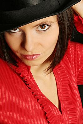 Beautyshooting junge Frau mit Hut und roter Bluse.