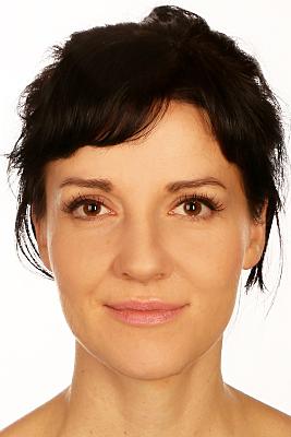 Biometrisches Passfoto junge Frau mit zum Zopf gebundenen Haaren.