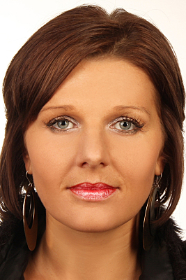 Biometrisches Passfoto junge Frau mit Ohrringen und offenen Haaren.