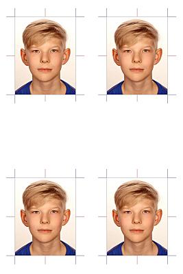 Passfoto blonder Junge in blauem Shirt.