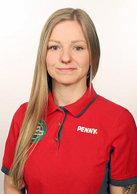 Businessfoto Frau in rotem Hemd vor hellem Hintergrund.