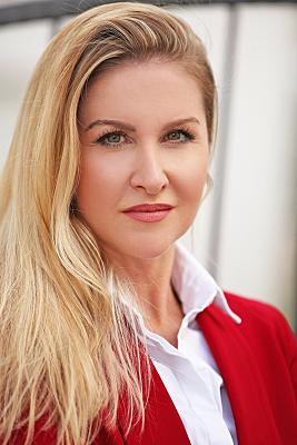 Businessfoto Frau in heller Bluse und rotem Jacket.