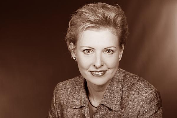 Low Key Businessfoto Frau in kariertem Jacket.