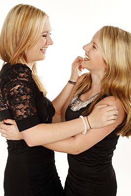 Freundefoto zweier lächelnder Frauen in Tanzposition.