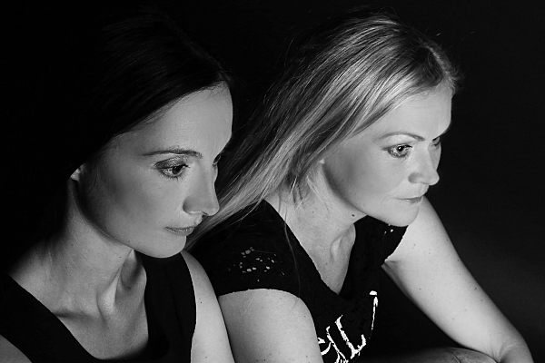 Low Key Freundefoto zwei Frauen nebeneinander.