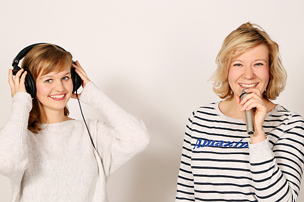 Freundefoto zwei Frauen mit Kopfhörer und Mikro.