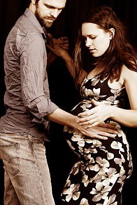 Foto Babybauch Schwangere, die mit ihrem Partner tanzt.