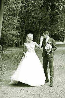 Low Key Hochzeitsfoto spazierendes Brautpaar.