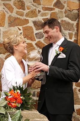 Hochzeitsfoto sich gegenüber stehendes Brautpaar.