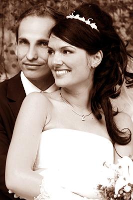 Hochzeitsfoto hintereinander stehendes Brautpaar.