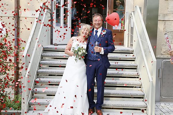 Hochzeitsfoto Brautpaar vor Steintreppe.