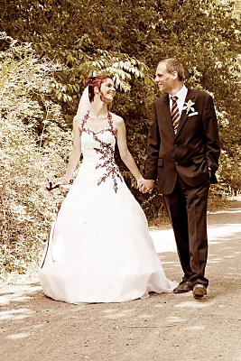 Sepiafarbenes Hochzeitsfoto Hände haltendes, laufendes Brautpaar.