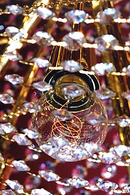 Werbefoto aufgereihte Kristalle, in deren Mitte eine Glühbirne ist.