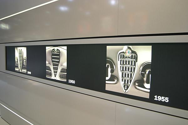 Low Key Werbefoto Ausstellungsdetail Firmenhistorie Autohersteller.