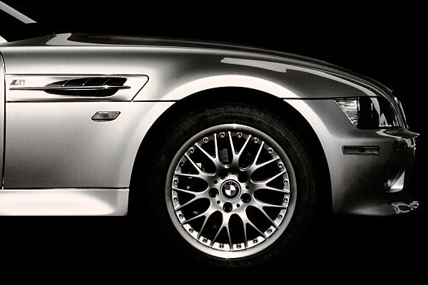 Low Key Werbefoto eines BMW-Sportwagens im Profil.
