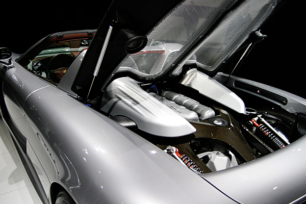 Low Key Werbefoto eines Sportwagens mit aufgeklappter Motorhaube in Rückansicht.