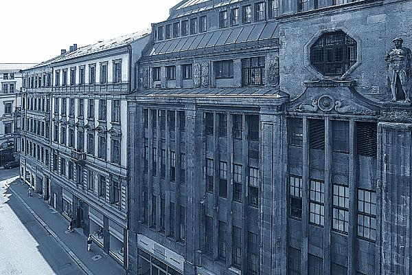 rchitekturfoto Häuserzeile mehrerer Fassaden aus Sandstein mit aufwändiger Säulengestaltung.