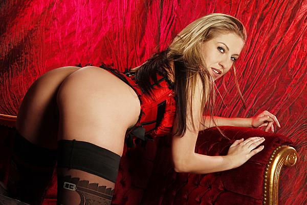 Erotikfoto von einer Frau, welche über die Schulter in die Kamera schaut