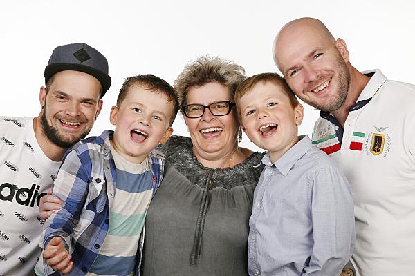 Familienaufnahmen von 5 Personen, die lachen