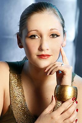 Portraitfoto von einer schönen Frau auf dem blauen Hintergrund