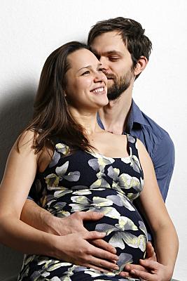 Schwangerschaftsportrait von einer jungen Frau mit dem Mann