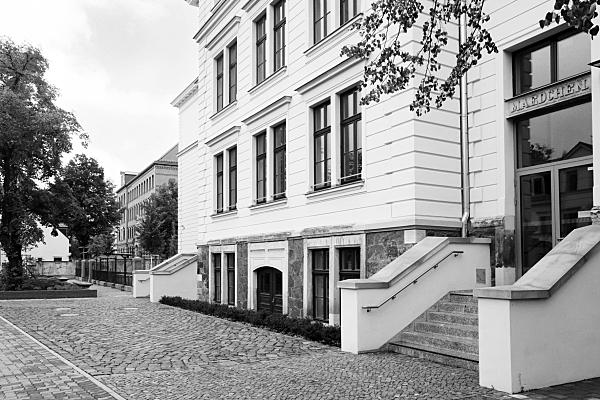 Architekturfoto in schwarz-weiss von der Göthe Gymnasium in Leipzig Schönefeld