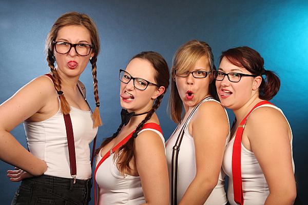 Freundinnenfoto von 4 Freundinen, welche Grimassen machen