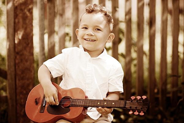 Kinderfoto Portrait Junge mit der Gitarre